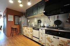キッチンの様子2。作業場所も通路幅もゆとりがあります。(2014-05-22,共用部,KITCHEN,2F)