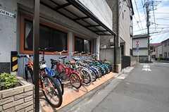 自転車置き場の様子。ひとり1台自転車が用意されています。(2014-05-22,共用部,GARAGE,1F)