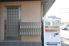 個別の郵便ポストと自動販売機の様子。(2013-02-28,周辺環境,ENTRANCE,1F)