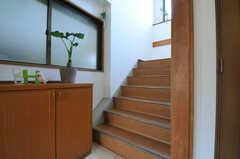 階段の様子。リビングは3Fです。(2013-02-28,共用部,OTHER,1F)