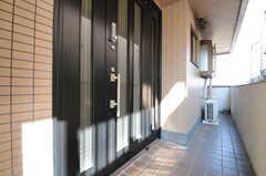 玄関ドアの様子。(2013-03-12,周辺環境,ENTRANCE,3F)