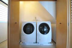211号室の目の前は洗濯機が並んでいます。(2013-03-12,共用部,LAUNDRY,2F)