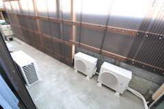 掃き出し窓からは外に出られます。左奥は駐輪スペースにつながっています。(108号室)(2013-03-12,専有部,ROOM,1F)