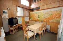 シェアハウスのラウンジの様子2。壁の絵は画家のオーナーの作品。(2008-10-29,共用部,LIVINGROOM,2F)