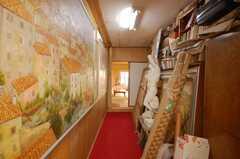 サービスルームへ続く廊下。石膏像等のオーナーの私物が並ぶ。(2008-10-29,共用部,OTHER,2F)
