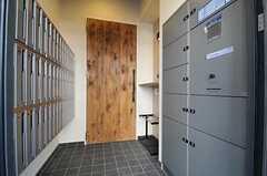 正面玄関のドアを開けると右手に宅配ボックス、左手に集合ポストがあります。(2012-01-26,周辺環境,ENTRANCE,1F)