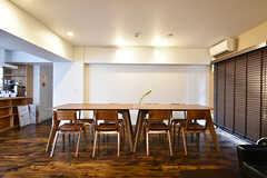 ラウンジの様子3。ウォールナットのテーブルセットです。(2016-09-27,共用部,LIVINGROOM,3F)