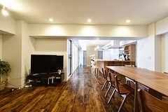ラウンジの様子4。奥にカウンターキッチンが見えます。(2016-09-27,共用部,LIVINGROOM,3F)