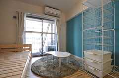 専有部の様子2。ローテーブルと円形のラグが置かれています。専有部によって多少備品が異なります。(302号室)(2012-01-26,専有部,ROOM,3F)