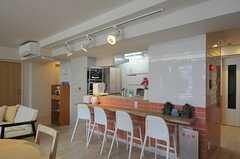キッチンを向いて、カウンターテーブルがあります。(2012-06-25,共用部,LIVINGROOM,7F)