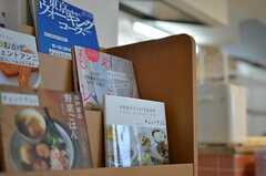 料理本、近所を特集した散歩雑誌、サイクリングガイド等が置かれています。(2012-06-25,共用部,LIVINGROOM,7F)