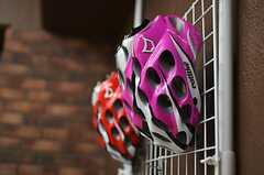 屋内駐輪場の壁掛けラックにあるヘルメットの様子。(2012-01-26,共用部,GARAGE,1F)