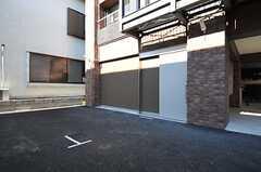 駐車場の様子。1台だけ停めることができます。(2012-01-26,共用部,GARAGE,1F)