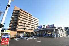 徒歩2分にあるスーパーは24時間営業です。(2012-01-26,共用部,ENVIRONMENT,1F)