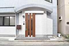 玄関の様子。ドアの脇に共用のポストが設置されています。(2017-03-07,周辺環境,ENTRANCE,1F)