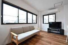 ソファの様子。奥にTVが設置されています。(2017-03-07,共用部,LIVINGROOM,2F)