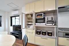 キッチンの脇が収納棚です。収納棚には共用の食器やキッチン家電が用意されています。(2017-03-07,共用部,KITCHEN,2F)