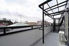 女性専用物干しスペースの様子。奥の階段の先は屋上です。(2017-03-07,共用部,OTHER,4F)