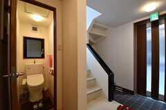 階段脇がウォシュレット付きトイレです。(2017-03-07,共用部,TOILET,1F)