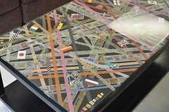 テーブルの天板はマスキングテープやシールで作られたオリジナル。(2014-04-18,共用部,LIVINGROOM,1F)