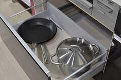 フライパンや鍋はコンロ下に収納されています。(2014-04-18,共用部,KITCHEN,1F)