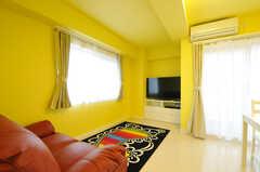リビングの様子。黄色い壁が特徴的。(2013-11-07,共用部,LIVINGROOM,7F)
