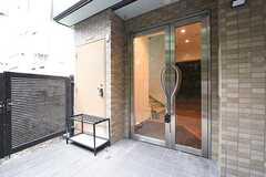 玄関の様子。玄関の鍵は設置予定とのこと。(2016-10-19,周辺環境,ENTRANCE,1F)