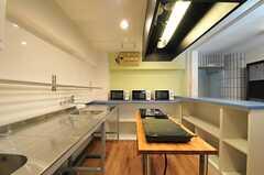 ダイニング・テーブル側からみたキッチン。(2013-03-11,共用部,KITCHEN,1F)