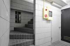 ラウンジの奥に階段があります。廊下の先のドアは、専有部と水まわり設備へと通じています。(2013-03-11,共用部,OTHER,1F)