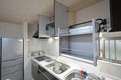 キッチン上の吊り戸棚は、上下へスライドすることができます。(2016-02-22,共用部,KITCHEN,1F)
