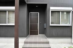 シェアハウスの正面玄関。(2017-06-25,周辺環境,ENTRANCE,1F)