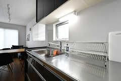 キッチンの様子2。作業スペースは広めです。(2017-06-25,共用部,KITCHEN,2F)