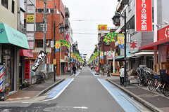 京成小岩駅近くの商店街。駅からシェアハウスまでの間にスーパーやドラッグストアなどがあるので、生活するには便利な環境です。(2017-06-25,共用部,ENVIRONMENT,1F)