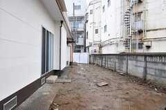 掃き出し窓から外を見るとこんな感じ。テラスが設置予定とのこと。(102号室)(2012-03-06,専有部,ROOM,1F)