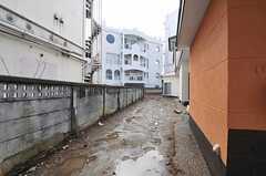 駐輪スペースの様子。物干しもできるよう整備とのこと。(2012-03-06,共用部,OTHER,1F)