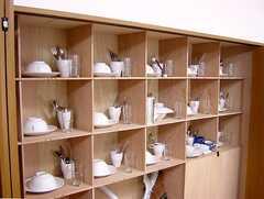 キッチンの脇には各部屋分の食器棚が用意されている。(2006-07-13,共用部,KITCHEN,1F)