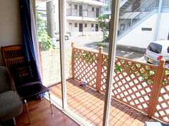 ラウンジから出入りしやすく、気持ちの良いデッキの様子。(2006-07-13,共用部,LIVINGROOM,1F)