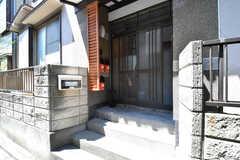 玄関の様子。玄関ドアの脇にポストが設置されています。(2017-04-25,周辺環境,ENTRANCE,1F)