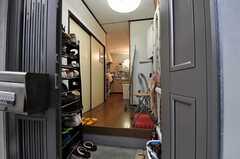 玄関から見た内部の様子。突き当りがリビングです。(2013-09-23,周辺環境,ENTRANCE,1F)