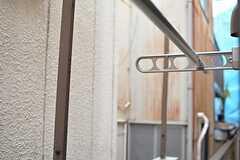 窓の外に物干し金具と竿が取り付けられています。(102号室)(2015-12-10,専有部,ROOM,1F)