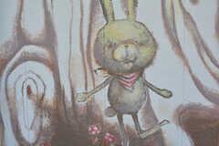 絵本作家の方が、建物全体を絵本に見立てて絵を書いています。ウサギのラビが主人公。(2016-10-12,周辺環境,ENTRANCE,1F)
