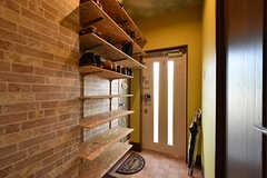 内部から見た玄関まわりの様子。靴箱はオープンタイプです。(2016-10-12,周辺環境,ENTRANCE,1F)