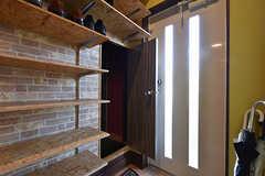 小さなドアを開けると、左手に階段がつながっています。(2016-10-12,周辺環境,ENTRANCE,1F)