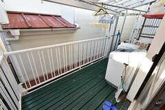 ベランダに出られます。ベランダは共有のため、1階と3階からアクセス可能です。(202号室)(2016-10-12,専有部,ROOM,2F)