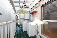 ベランダの様子。洗濯機が設置されています。屋根付きで、洗濯物も干せます。(2016-10-12,共用部,OTHER,2F)