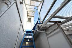 階段の上には3階のベランダが。(2016-10-12,共用部,OTHER,2F)