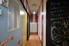 廊下の様子。左手前にバスルーム、右手奥にトイレがあります。(2016-10-12,共用部,OTHER,3F)