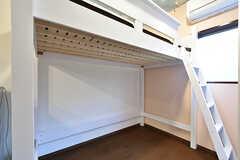 ロフトベッドの下にはデスクなども置けます。(102号室)(2016-10-12,専有部,ROOM,1F)