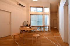 ラウンジの様子。円形のテーブルが置かれています。(2019-01-11,共用部,LIVINGROOM,2F)
