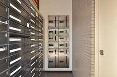 玄関脇に宅配ボックスも設置されています。(2015-10-02,周辺環境,ENTRANCE,1F)